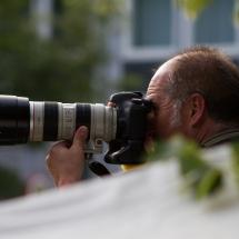 GZ-Fotograf Uwe Epping beobachtet das Geschehen von einer Leiter neben der Leinwand und seinem Teleobjektiv.